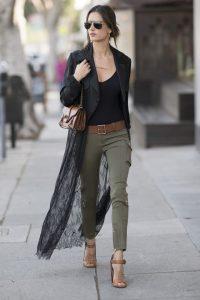 Alessandra Ambrosio cùng quần chất liệu kaki