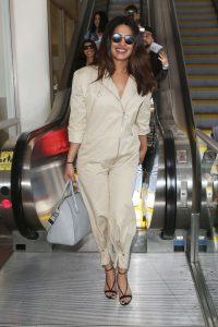 Priyanka Chopra trong trang phục sân bay hoàn hảo