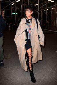 Rihanna với chiếc áo choàng kaki